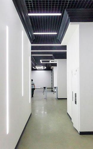 Освітлення коридору офісного центру.