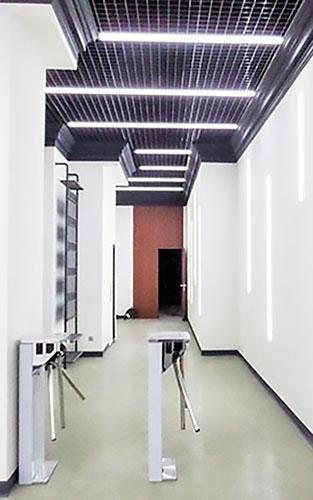 Фото освітлення коридору офісного центру.