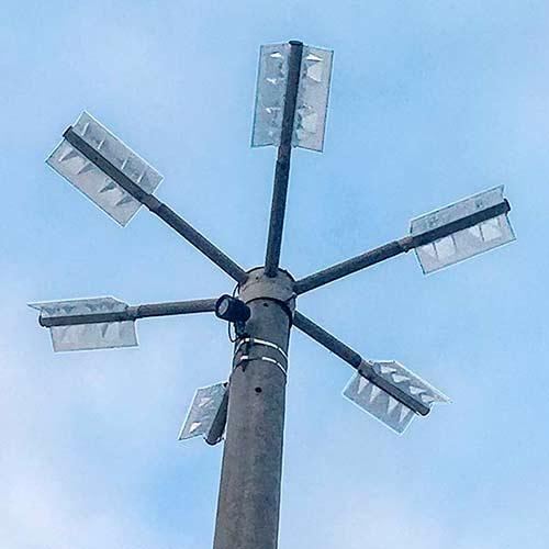 Консольний світильник CORSAR S 100 на опорі.