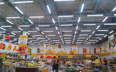 Лінійний світильник в супермаркеті